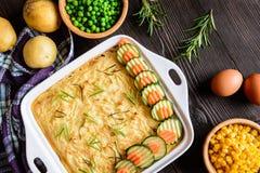 Bolo de carne picado com carne triturada, as batatas trituradas e o vegetal Imagens de Stock