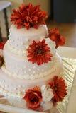 Bolo de casamento alaranjado da flor fotos de stock