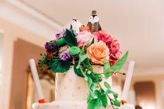 Bolo de casamento branco com dos pinguins figuras de quarta-feira recentemente fotos de stock royalty free