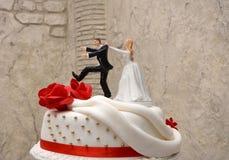 Bolo de casamento branco com rosas vermelhas Fotos de Stock Royalty Free