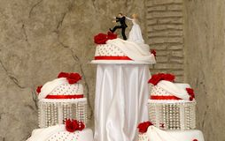 Bolo de casamento branco com rosas vermelhas Fotografia de Stock Royalty Free