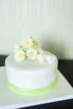 Bolo de casamento branco da mástique com decoração e corações da camomila fotos de stock royalty free