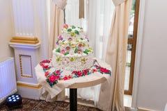 Bolo de casamento branco a três níveis com flores Imagem de Stock