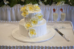 Bolo de casamento com as flores amarelas da orquídea Fotos de Stock Royalty Free