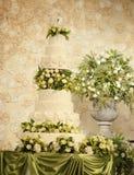 Bolo de casamento com decorações da flor Imagem de Stock Royalty Free