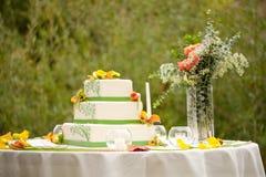 Bolo de casamento com flores Fotografia de Stock Royalty Free
