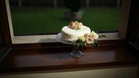 Bolo de casamento com flores Casamento no mar vídeos de arquivo