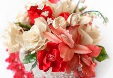 Bolo de casamento com flores vermelhas Imagens de Stock