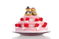 Bolo de casamento com noivos Imagens de Stock