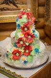 Bolo de casamento com papoilas vermelhas Imagens de Stock Royalty Free
