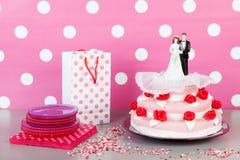 Bolo de casamento com pares Imagens de Stock