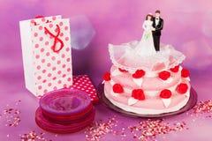 Bolo de casamento com pares Imagens de Stock Royalty Free