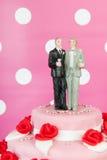Bolo de casamento com pares alegres Fotografia de Stock Royalty Free