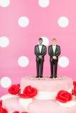 Bolo de casamento com pares alegres Fotos de Stock Royalty Free