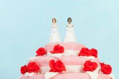 Bolo de casamento com pares lésbicas Imagem de Stock Royalty Free