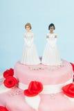 Bolo de casamento com pares lésbicas Fotografia de Stock