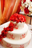Bolo de casamento com rosas Fotos de Stock Royalty Free