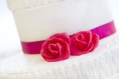 Bolo de casamento com rosas Foto de Stock Royalty Free