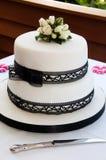 Bolo de casamento com rosas brancas Fotos de Stock
