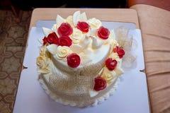 Bolo de casamento com rosas e pombas Fotografia de Stock