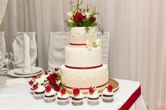 Bolo de casamento com rosas vermelhas Imagem de Stock