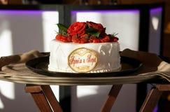 Bolo de casamento com rosas vermelhas Foto de Stock