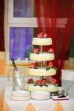 Bolo de casamento com rosas vermelhas Fotografia de Stock Royalty Free