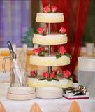 Bolo de casamento com rosas vermelhas Imagem de Stock Royalty Free