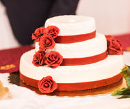 Bolo de casamento com rosas vermelhas Imagens de Stock Royalty Free