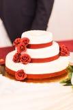 Bolo de casamento com rosas vermelhas Fotos de Stock Royalty Free