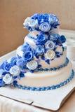 Bolo de casamento com rosas vermelhas Imagens de Stock