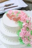 Bolo de casamento com rosas vermelhas Foto de Stock Royalty Free