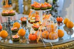 Bolo de casamento com rosas vermelhas Alaranjado Imagem de Stock Royalty Free