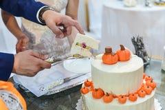 Bolo de casamento com rosas vermelhas Alaranjado Imagens de Stock Royalty Free