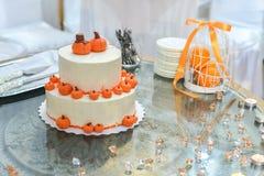 Bolo de casamento com rosas vermelhas Alaranjado Imagem de Stock