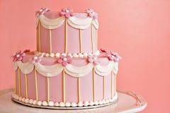 Bolo de casamento cor-de-rosa Fotografia de Stock Royalty Free