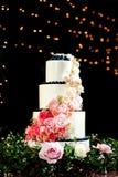 Bolo de casamento cor-de-rosa e branco bonito foto de stock