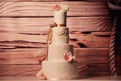 Bolo de casamento da baunilha com rosas Imagens de Stock Royalty Free