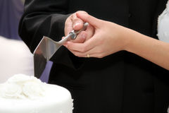 Bolo de casamento de Cuting Fotos de Stock