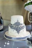 Bolo de casamento de dois níveis branco da mástique com decoração do grânulo foto de stock