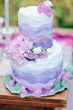 Bolo de casamento decorado com flores cremosas foto de stock