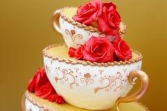 Bolo de casamento decorado com flores vermelhas Fotografia de Stock