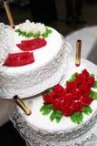 Bolo de casamento decorado com rosas vermelhas Imagens de Stock Royalty Free