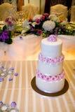 Bolo de casamento na tabela principal Fotografia de Stock Royalty Free