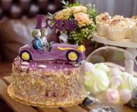 Bolo de casamento, o par no carro, com AMOR do chapéu de coco, close up Imagens de Stock Royalty Free