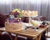Bolo de casamento, o par no carro, com AMOR do chapéu de coco, close up, queques do casamento Fotos de Stock Royalty Free