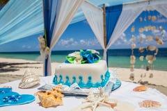 Bolo de casamento para a cerimônia de casamento da praia fotografia de stock royalty free