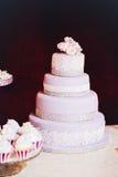 Bolo de casamento roxo com uma rosa na tabela Fotos de Stock