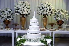 Bolo de casamento - tabela decorada para o casamento imagem de stock
