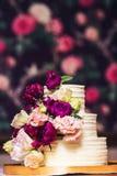 bolo de casamento Três-estratificado decorado com flores bonitas Imagens de Stock Royalty Free
